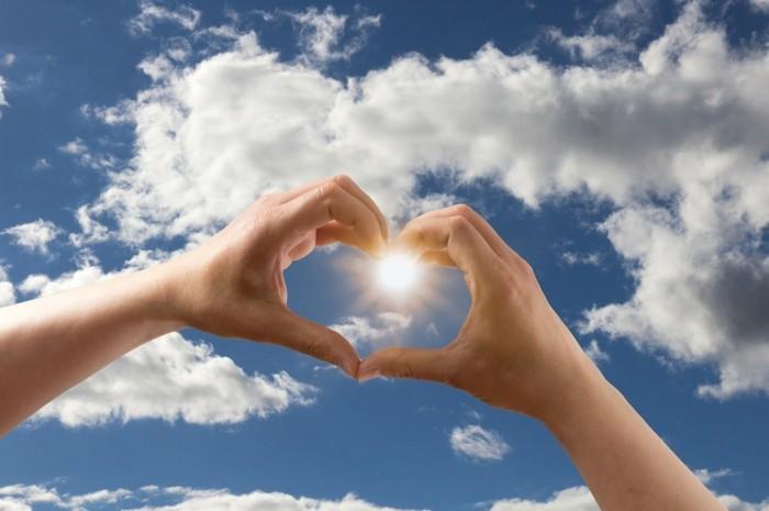 love symbol mit händen himmel wolken sonne