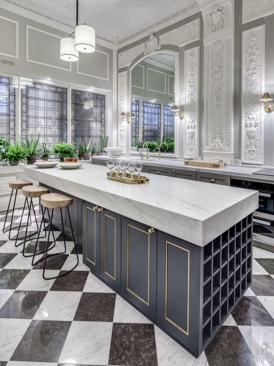 luxus kücheneinrichtung mit marmor schach matt bodenfliesen