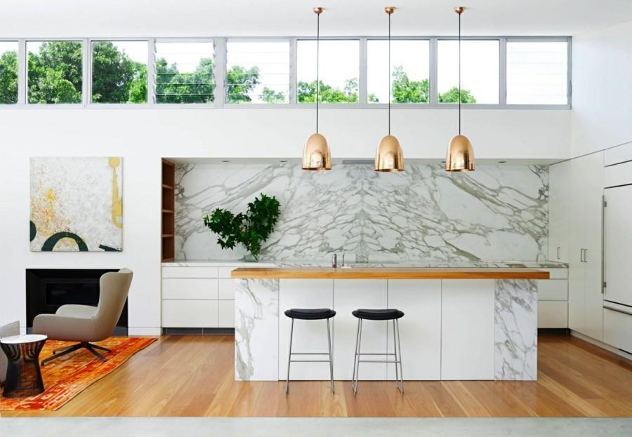 marmor kücheneinrichtung arbeitsfläche und küchenrückwand hängeleuchten aus messing
