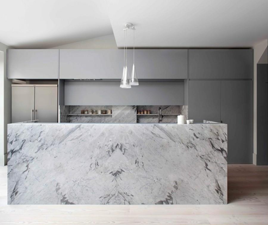 marmor kücheninsel mit grober maserung graue küchenschränke moderne pendelleuchten