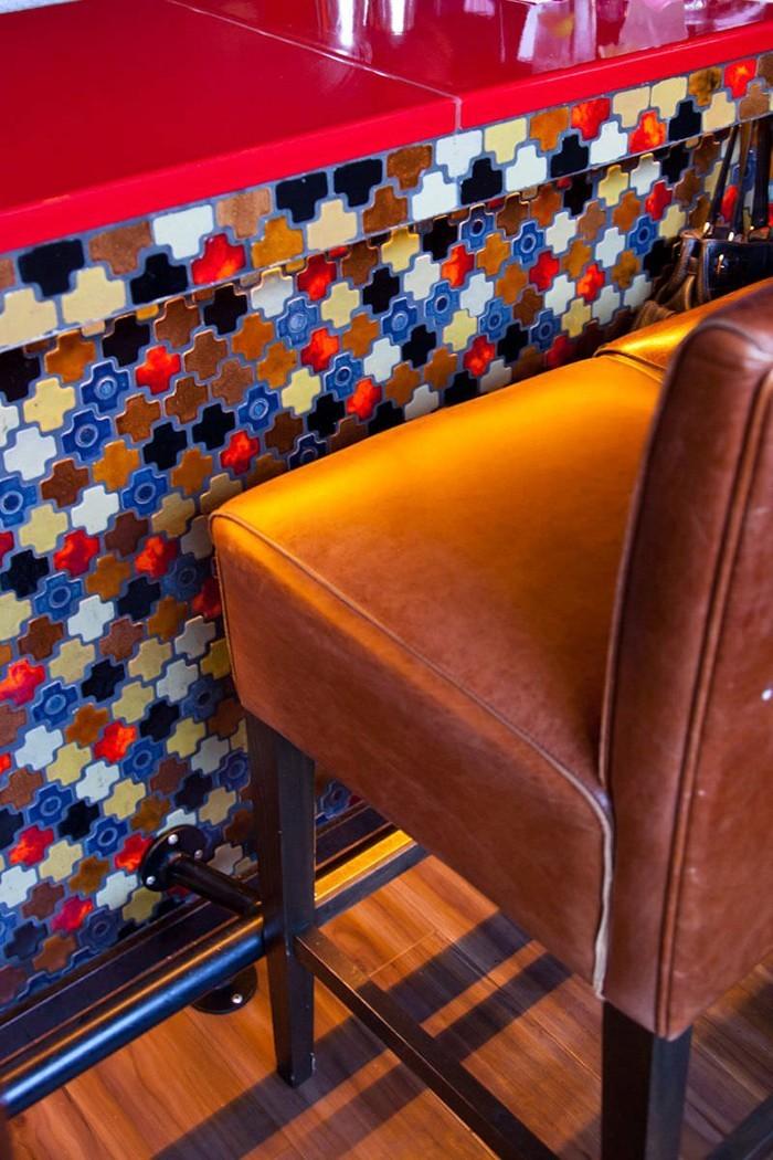 marokkanische fliesen zementfliesen interirdesign ideen wohnung design anders denken mosaik fliesen kreative wandgestaltung rot