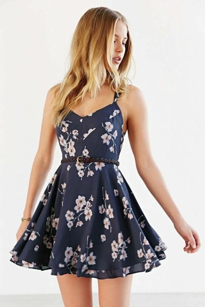 mode für damen kurzes kleid mit blumendruck