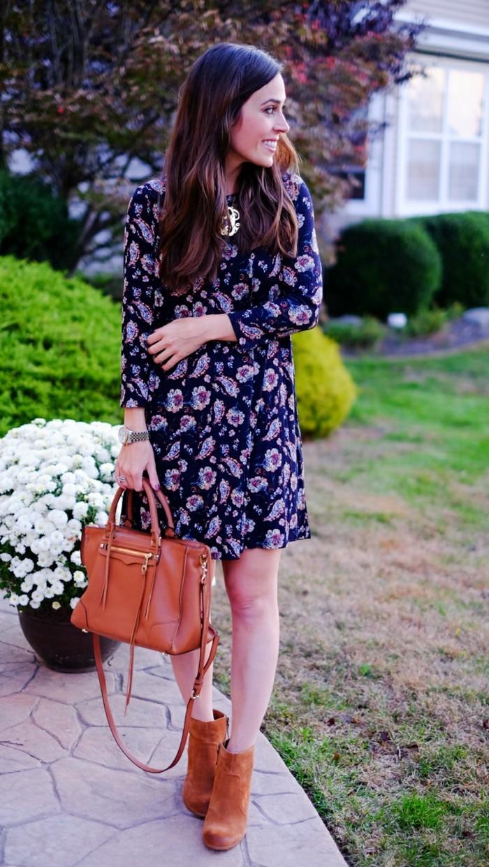 mode für frauen blumenkleid mit braunen accessoires kombinieren