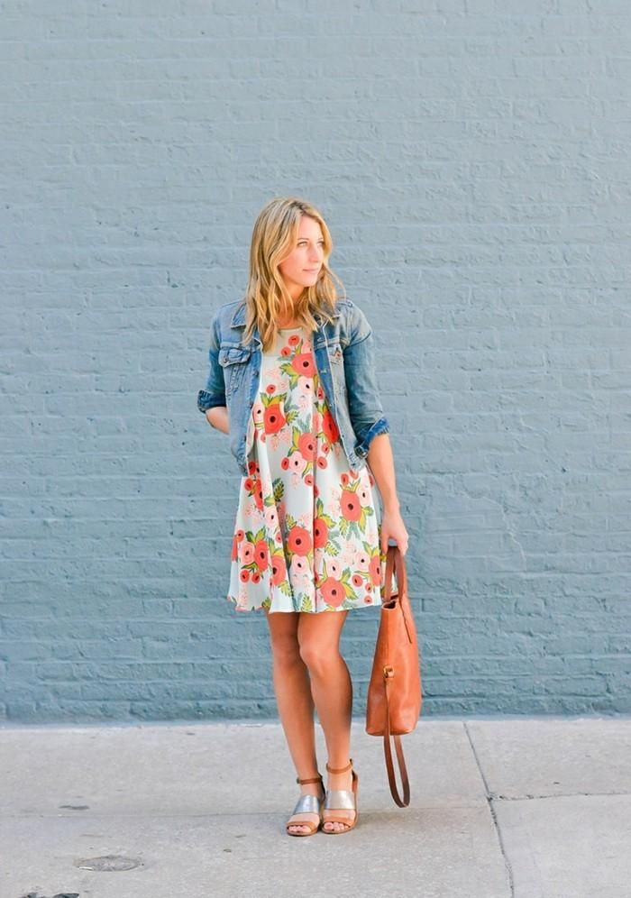 mode für frauen blumenkleid mit jeansjacke tragen