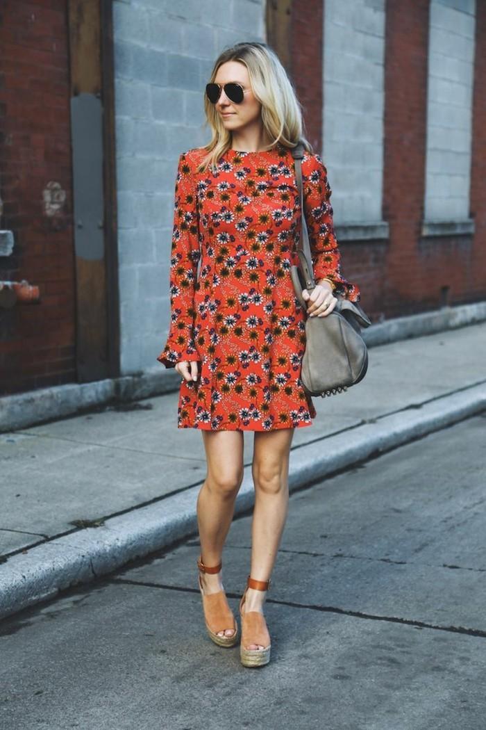 mode für frauen blumenkleid tragen spazieren gehen