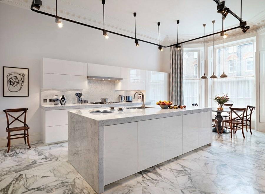 moderne küche einrichten mit marmor kücheninsel und küchenrückwand