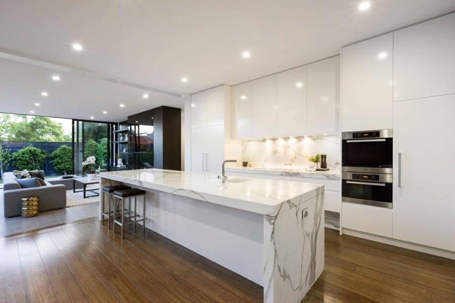 moderne küchengestaltung mit marmor kücheninsel und weisse küchenschränke