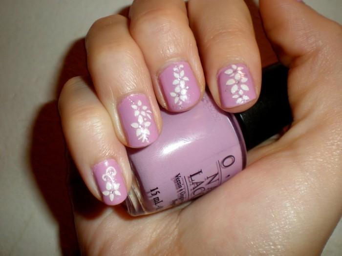 nageldesign frühling florale elemente lila nagellack