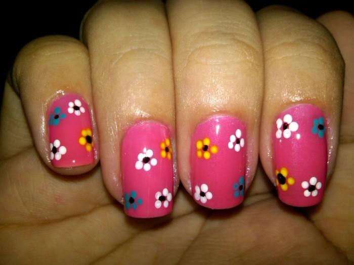 nageldesign frühling frische blumenmuster auf rosa nagellack