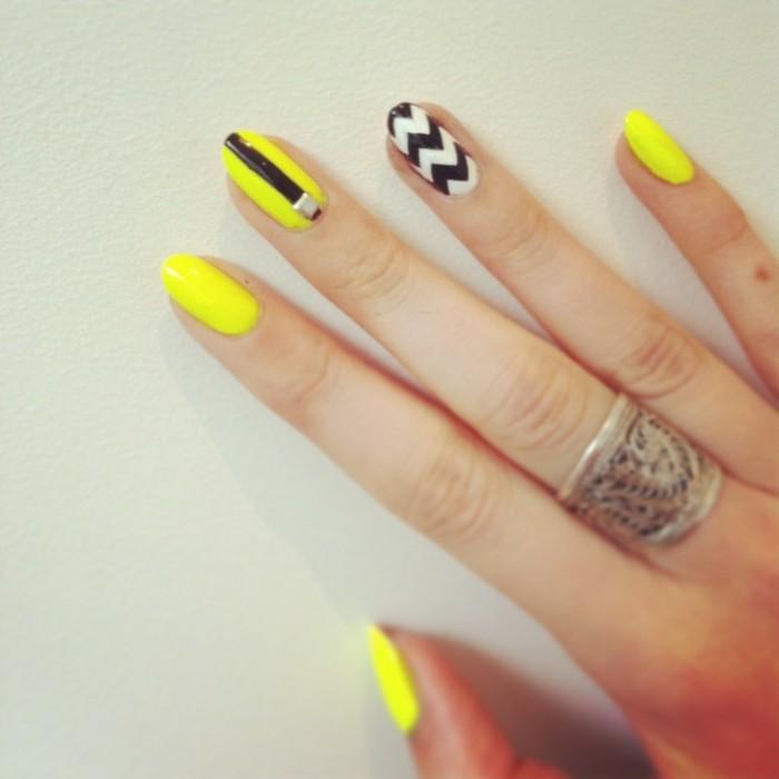 nageldesign frühling gelber nagellack mit akzenten in schwarz weiß