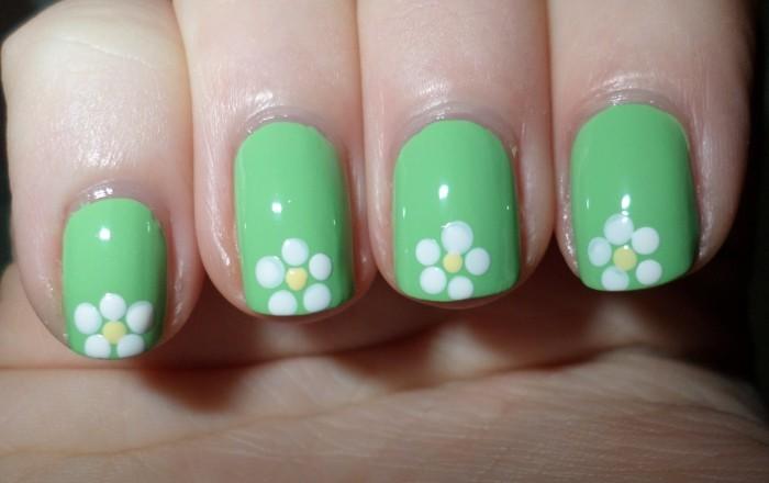 nageldesign frühling grüner nagellack mit weißen blüten