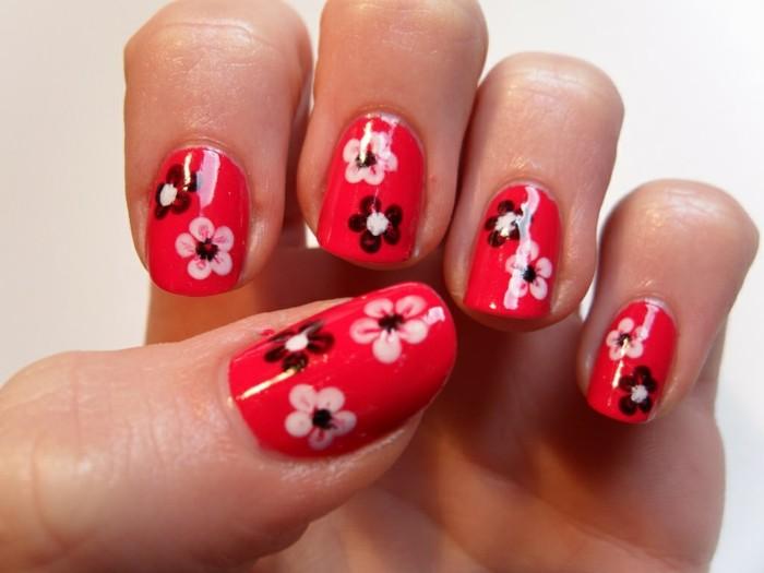 nageldesign frühling roter nagellack mit blumenmuster