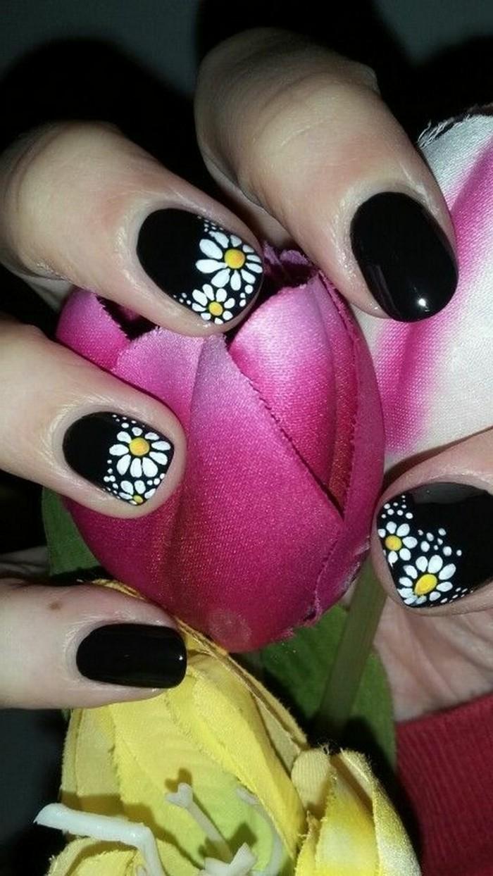 nageldesign frühling schwarzer nagellack mit weißen blüten