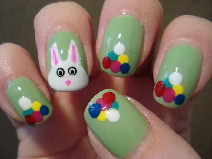 nageldesign ideen für ostern grüner nagellack mit farbigen punkten und osterhase