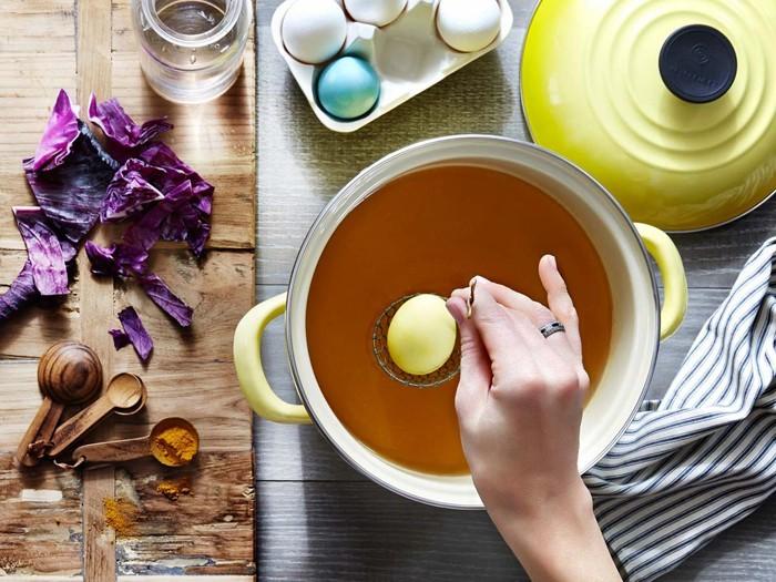 ostereier bemalen diy ideen natürliche farben von den pflanzen diy ideen gelbe farbe kaffee