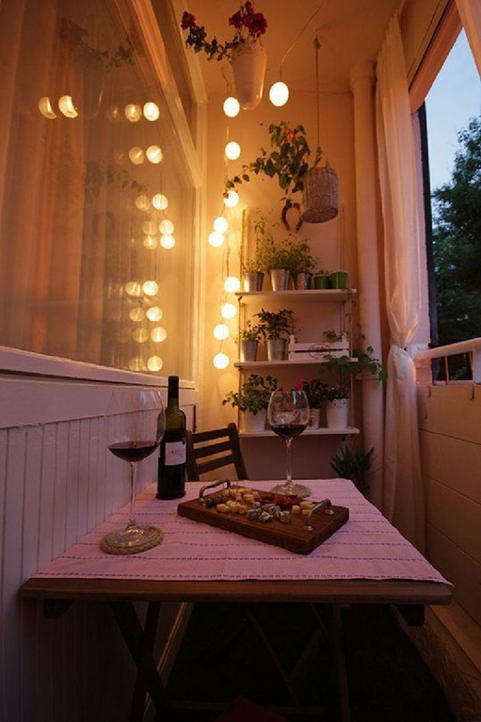platzsparende moebel kleinen balkon gestalten fahhrad platz beleuchtung