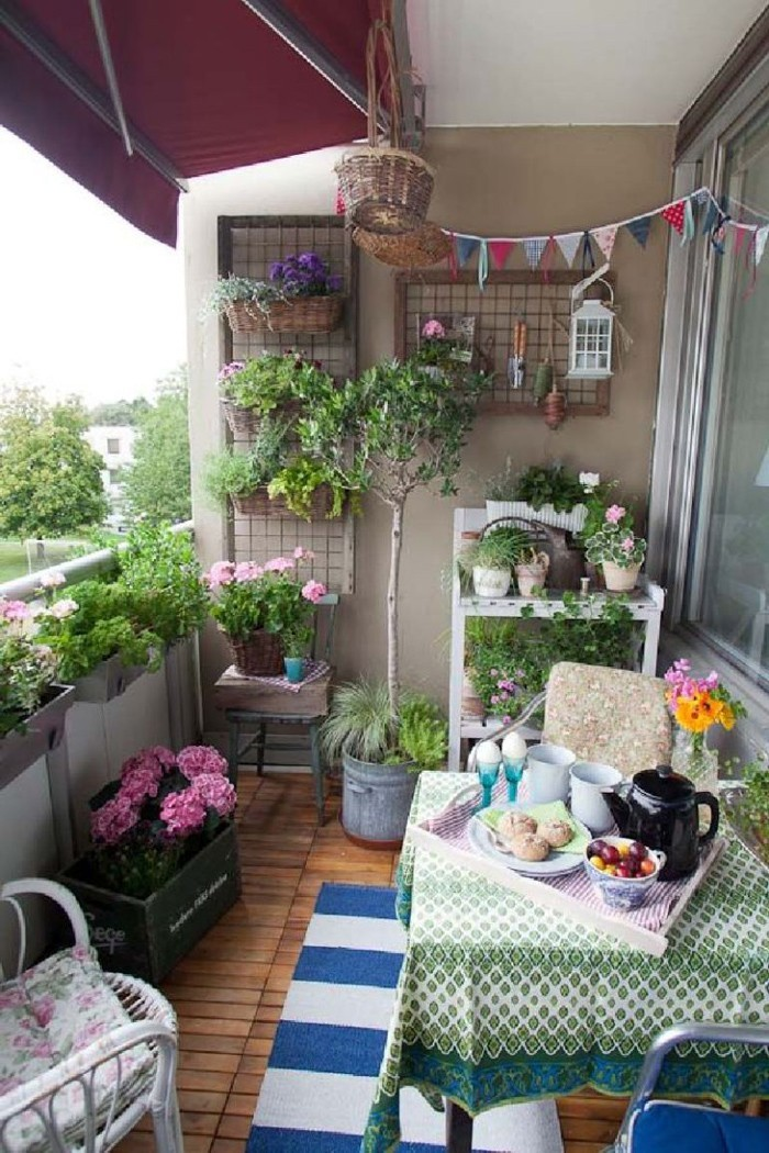 platzsparende moebel kleinen balkon gestalten-ganzer balkon fruehstuecksideen