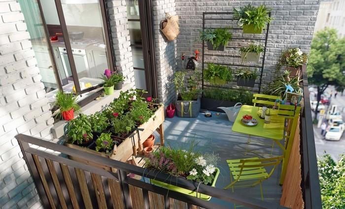 platzsparende moebel kleinen balkon gestalten-ganzer balkon greenery trendfarbe