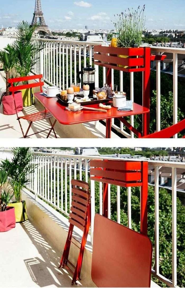 platzsparende moebel kleinen balkon gestalten ganzer balkon klappstuehle rot