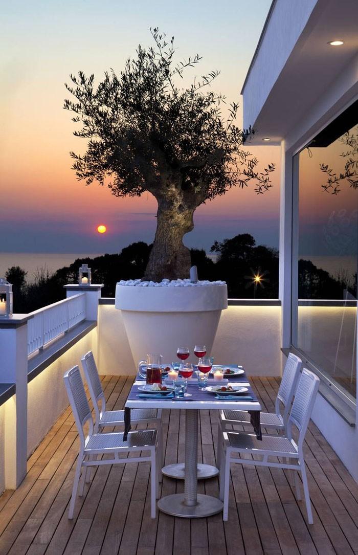platzsparende moebel kleinen balkon gestalten ganzer balkon romantisch
