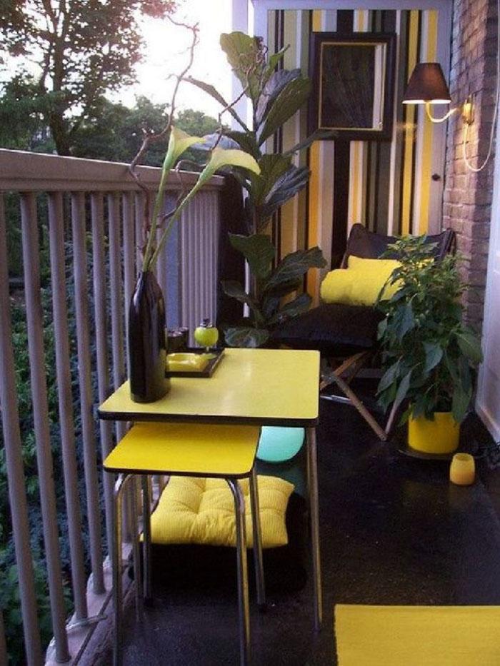 platzsparende moebel kleinen balkon gestalten gelber tisch set