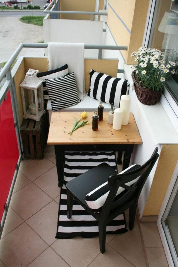 platzsparende moebel kleinen balkon gestalten raumnutzung schwarz weiss