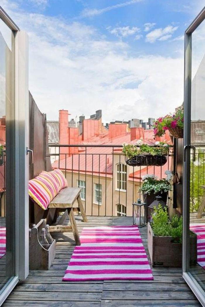 platzsparende moebel kleinen balkon gestalten rosa