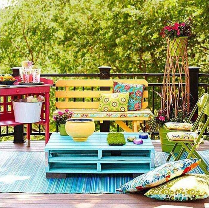 platzsparende moebel kleinen balkon gestalten sitzbank stauraum palletenmoebel