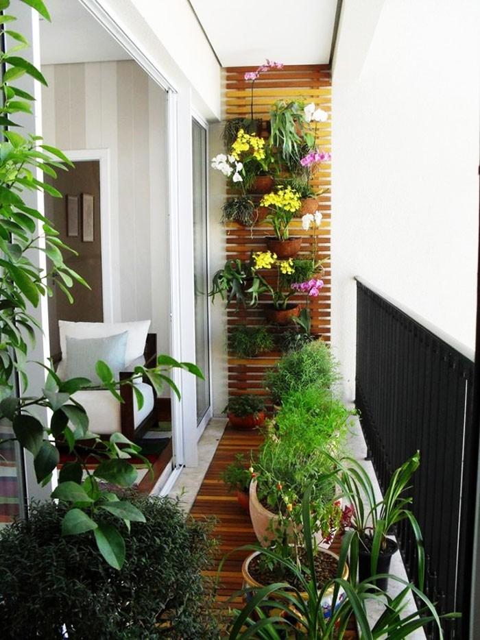 platzsparende moebel kleinen balkon gestalten sitzbank stauraum vertikaler garten