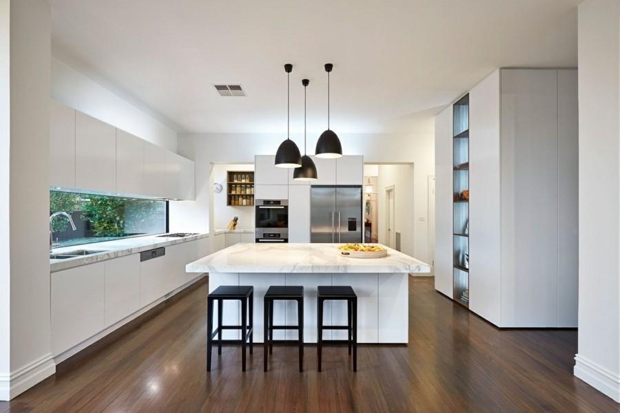 quadratische kücheninsel marmor oberfläche schwarze pendelleuchten