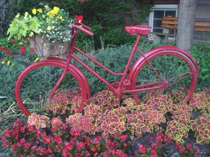 roter fahrrad im garten