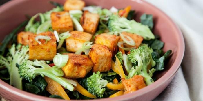 salat mit toffu und brokkoli