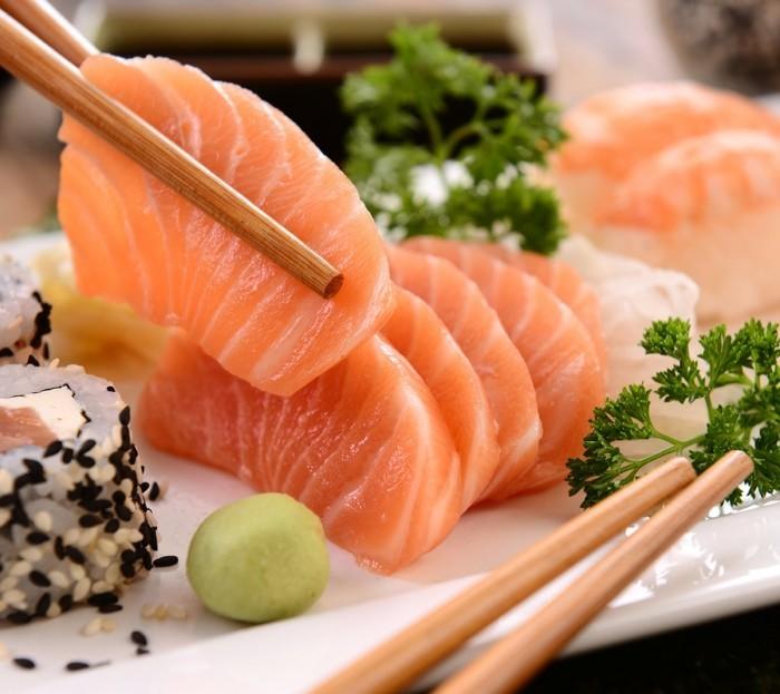 sashimi sushi mit staebchen essen