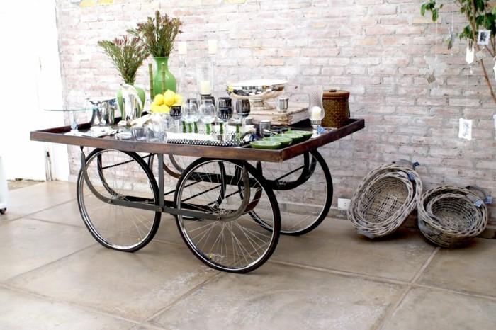 serviertisch aus alten fahrradrädern holzbrett selber bauen