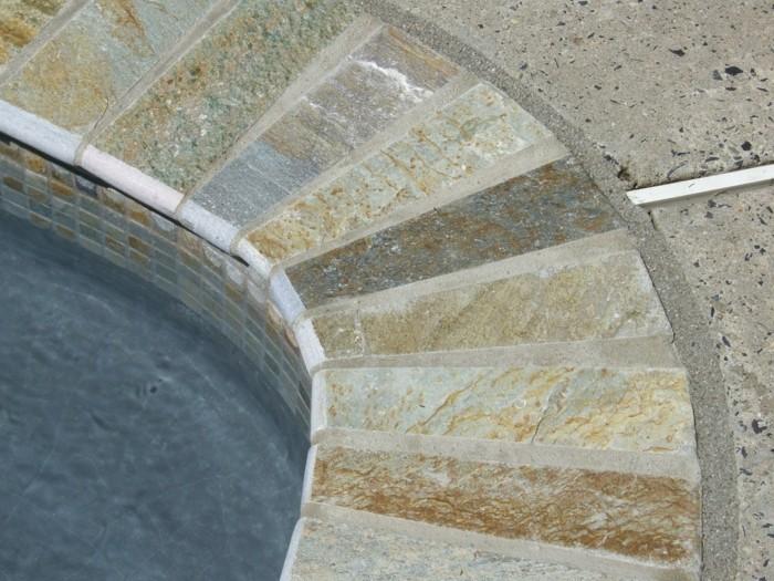 stein fliesen rund um das pool herum