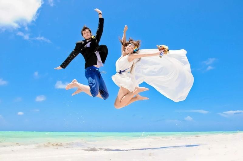strandhochzeit brautpaar spring am strand sommer hochzeti hochzeitfoto idee