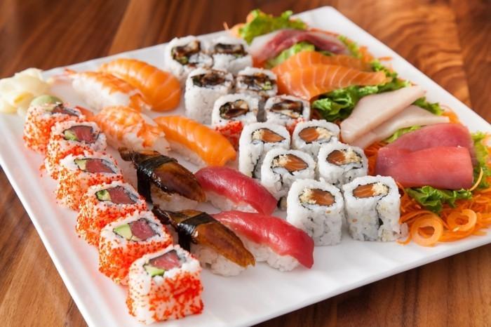 suschi platte unterschiedliche arten auf teller
