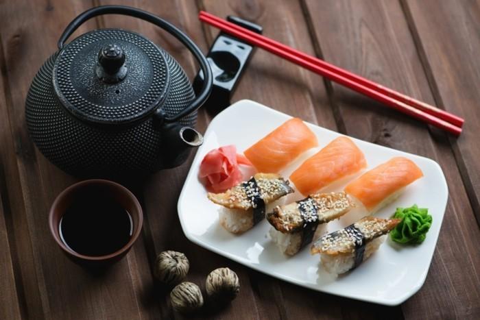 sushi konsumieren und sake trinken