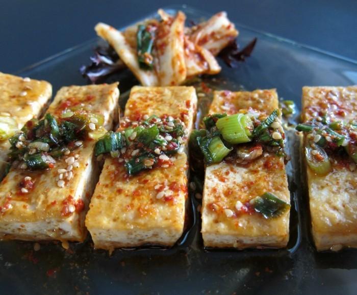 tofu auf koreanian art mit sesame knoblauch zwiebel und chilli