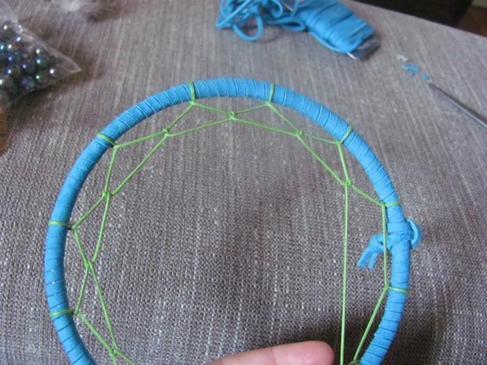traumfänger basteln mit naturematerialien mit leder umwickeln kleben zum aufhängen weben grün witer weben formen