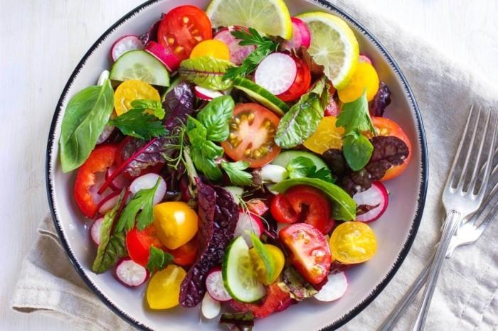 vegan abnehmen bunter sommersalat basilikum tomaten zitrone radieschen
