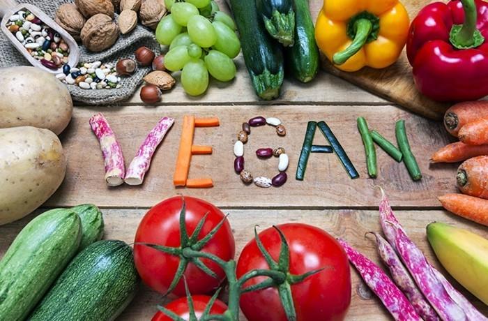 vegan abnehmen frisches gemüse nüsse tomaten bohnen zucchini auberginen