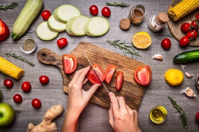 vegan abnehmen gesund essen tomaten ingwer rosmarin mais zucchini zitrone olivenöl