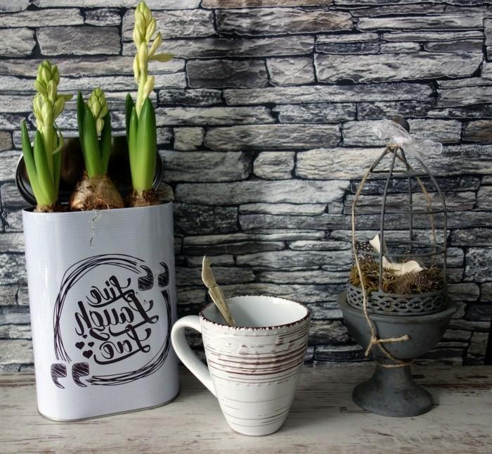 vintage frühlingsdekoration mit hyazinthen und porzellan