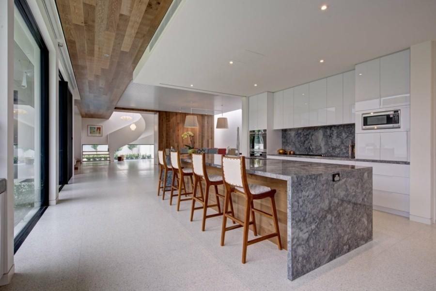 weisse küchenschränke glanz marmor kücheninsel küchenrückwand granit bodenfliesen