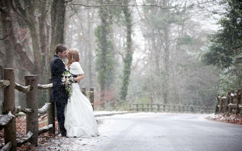 winterhochzeit hochzeitsfotos idee im wald schnee brautpaar