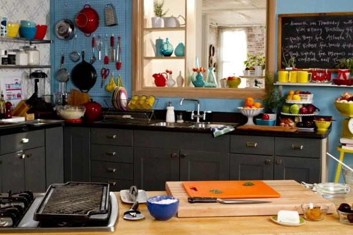 farbkombinationen wohnideen küche hellblaue wand schwarze küchenschränke otrange akzente