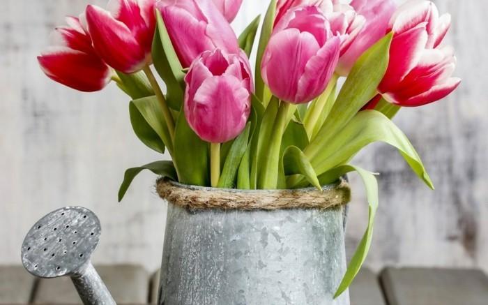 wohnungsdekoration-dekoideen-für-den-frühling-mit-gießkanne-und-tulpen