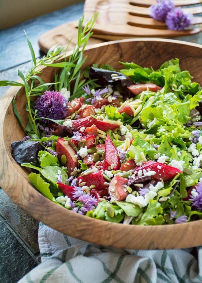 yiegenkaese-mit-rhabarber-als-frischer-salat
