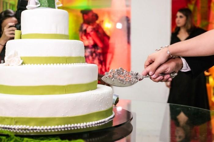 Hochzeitskuchen etagentorte weiss fondant